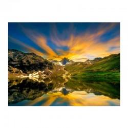 Αντανάκλαση βουνών στην ήρεμη λίμνη