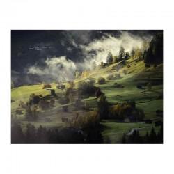 Φθινοπωρινό τοπίο με χωριό σε ομίχλη